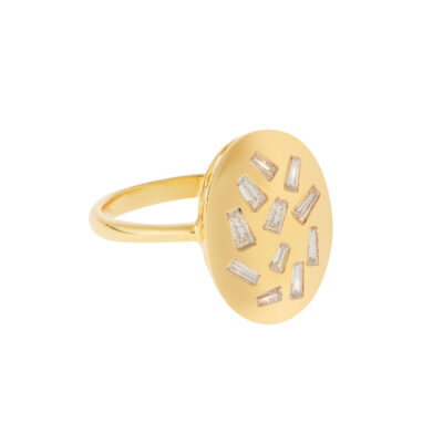 Oval ring 18 carat yellow gold with baguette diamonds.